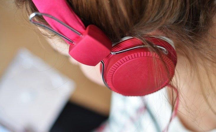 Girl-wearing-pink-headphones